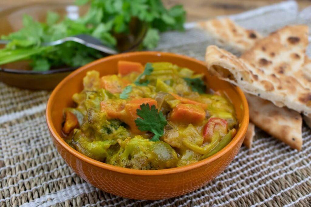 Diner catering maaltijd gele curry